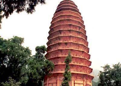 位于登封市境内中岳嵩山脚下的嵩岳寺塔,始建于北魏孝明帝正光元年