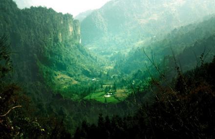 赵公山位于四川省都江堰市西南,成都平原西北部,青城山-都江堰风景区