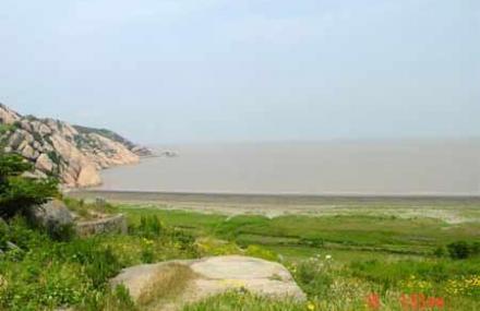 小洋山岛居大洋山之北,位菜园镇西南39公里处,距上海芦潮港30公里
