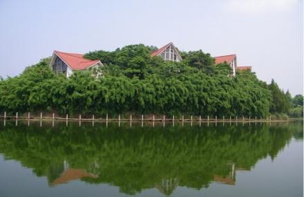 还拥有玉龙山国家森林公园,龙水湖水利风景区等丰富的自然,人文景观