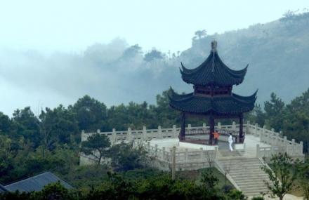 长春庙香山风景区位于吉林省九台市波泥河镇,地理位置及自然条件优越